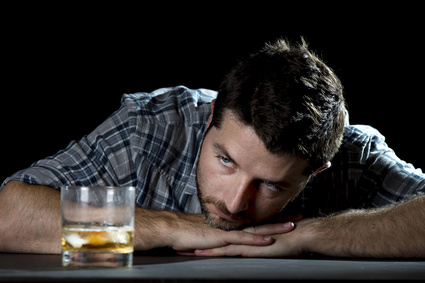 Hombre Alcohol y Disfunción Eréctil en Verano Boston Medical Group España